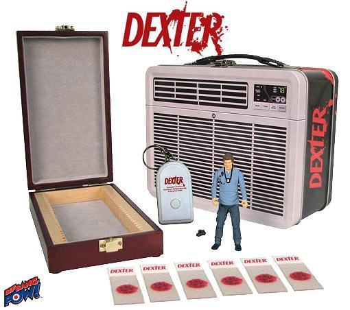 Dexter-Figure-in-Tin-Tote-Lancheira