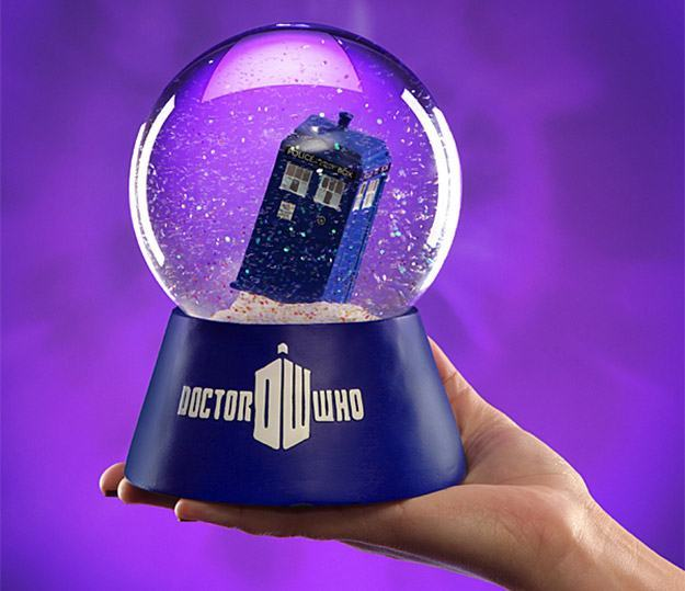 Doctor-Who-TARDIS-Water-Globe-Globo-de-Neve-02