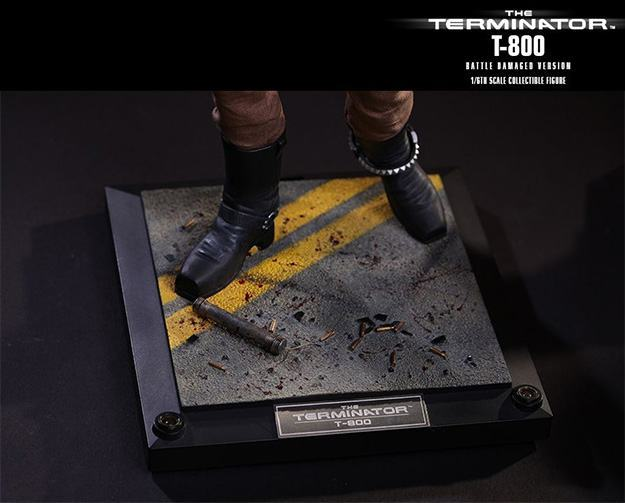 The-Terminator-T-800-Battle-Damaged-Hot-Toys-Figure-09