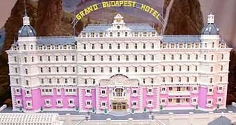 Modelo LEGO do Grand Budapest Hotel com 50.000 Blocos!