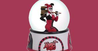 Globo de Água da Vilã Insana Harley Quinn