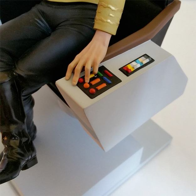 Apoio-de-Livros-Star-Trek-Kirk-on-Chair-Bookend-07