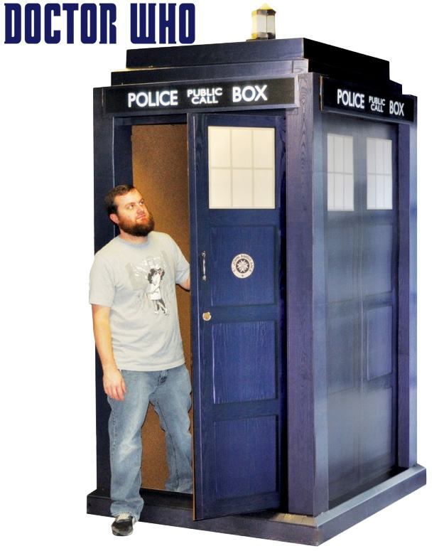 Doctor-Who-TARDIS-Papelao-Tamanho-Real-01
