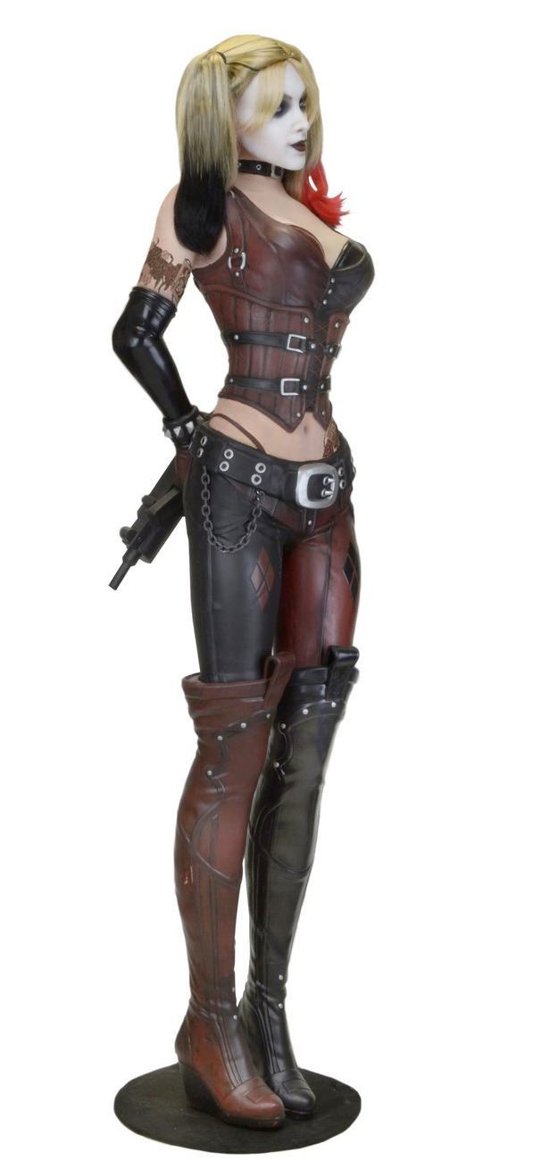 Estatua-Life-Size-Harley-Quinn-Foam-Replica-Batman--Arkham-City-04