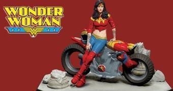 Estátua Mulher Maravilha e Motocicleta Gotham City Garage