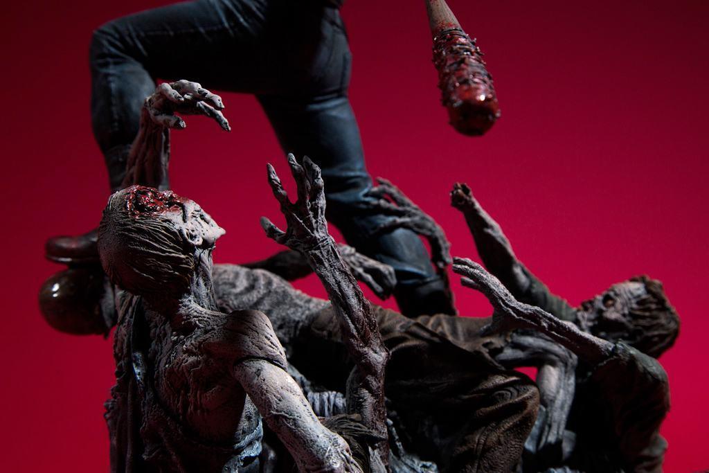 Estatua-The-Walking-Dead-Comic-Negan-17-Inch-Resin-Statue-09