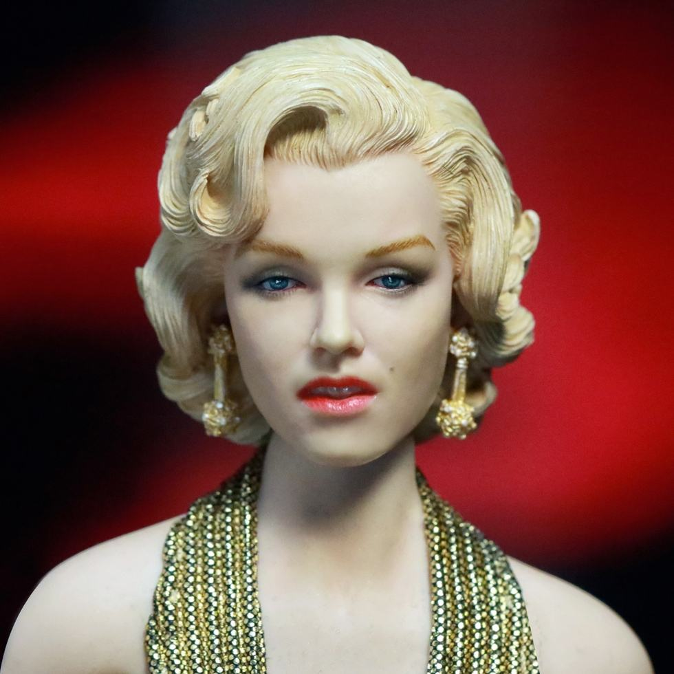 action-figure-marilyn-monroe-gold-dress-03
