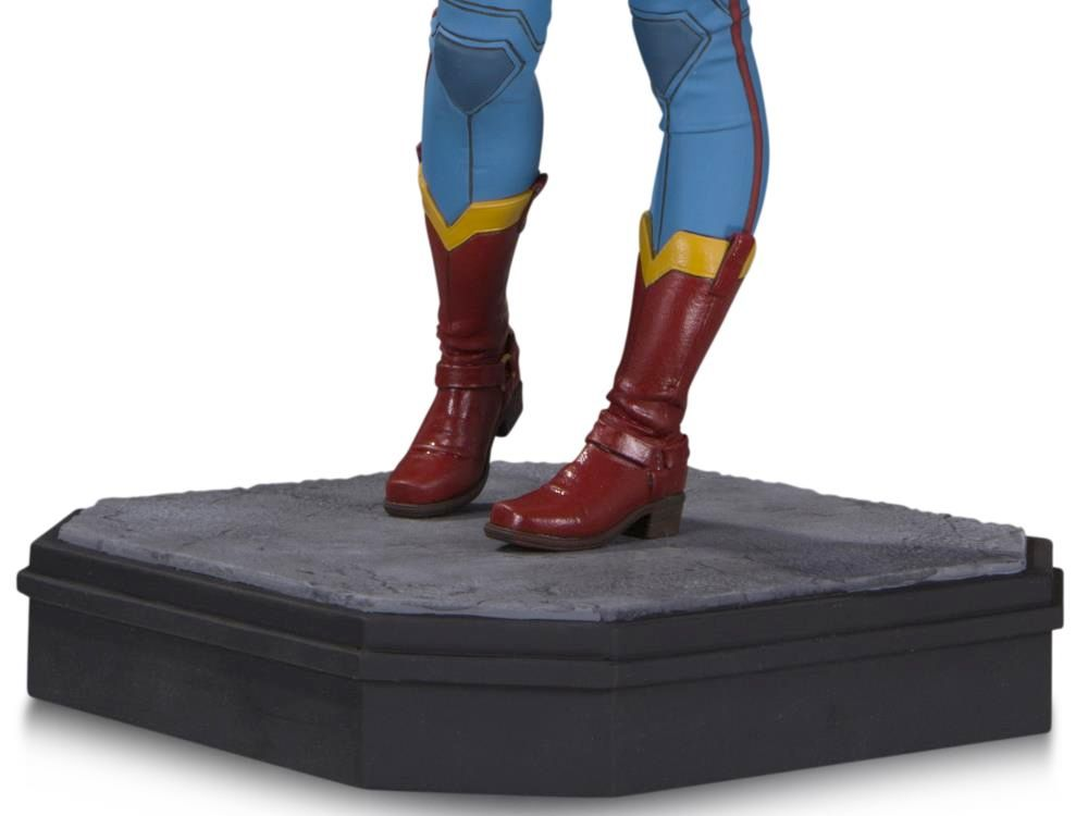 Supergirl-Gotham-City-Garage-Statue-05