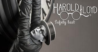 """Estátua Harold Lloyd """"Safety Last"""" Pendurado no Ponteiro de um Relógio no Alto de um Arranha-Céu!"""
