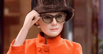 Action Figure Audrey Hepburn em Bonequinha de Luxo (Breakfast at Tiffany's) Versão 2.0 com Casaco Givenchy Laranja (Star Ace Toys 1:6)