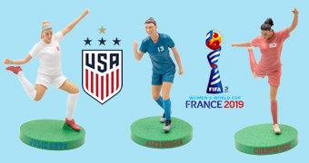 Figuras das Tetracampeãs do Mundo com a Seleção de Futebol Feminino dos Estados Unidos: Julie Ertz, Alex Morgan e Christen Press