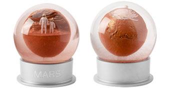 Globo de Poeira Vermelha do Planeta Marte com Valles Marineris, Olympus Mons e Astronautas