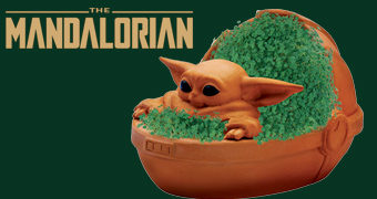 "Baby Yoda ""The Child Chia Pet"" com Berço Cheio de Grama (Star Wars: The Mandalorian)"