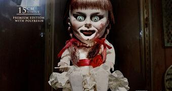Boneca Annabelle DefoReal Chibi Realista/Deformada Sentada na Cadeira de Balanço