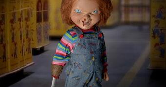 Boneco Falante Chucky Mega Scale com Mão de Faca (Brinquedo Assassino 2)