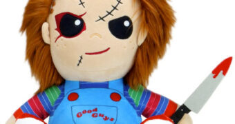 Boneco de Pelúcia Chucky HugMe que Vibra Todo Quando Abraçado