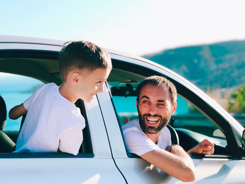 Imagem mostra família dentro de carro