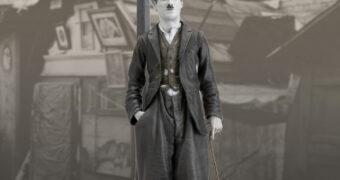 Charlie Chaplin e Scraps em Vida de Cachorro (A Dog's Life 1918) – Estátua Infinite Statue em Preto e Branco